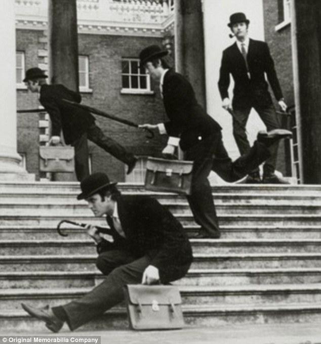 Famosos: Há também uma foto que mostra os Pythons fazendo caminhadas tolas, ao preço de £ 29,99 (cerca de R$
