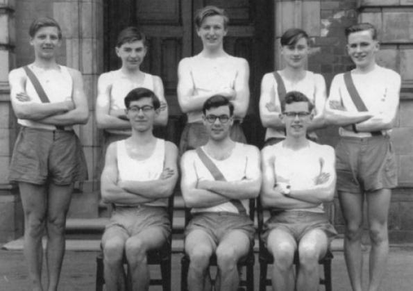 Equipe de cross country da escola King Edward VII (1956-57). Graham Chapman é o do meio, em pé.