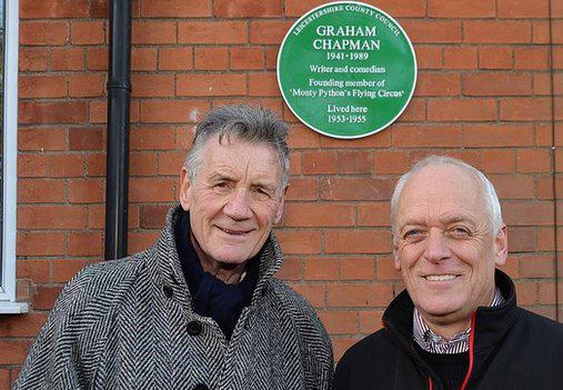 Michael Palin e John Bailey, amigos de Chapman, e a placa verde