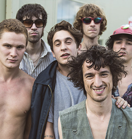A banda que interpreta Monty Python no clipe
