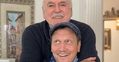 John Cleese Está Escrevendo Roteiro de Filme Com Rob Schneider